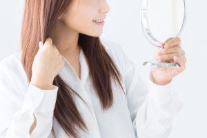 髪を触る女性の画像