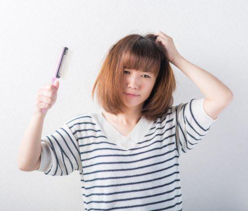 くせ毛の女性の画像